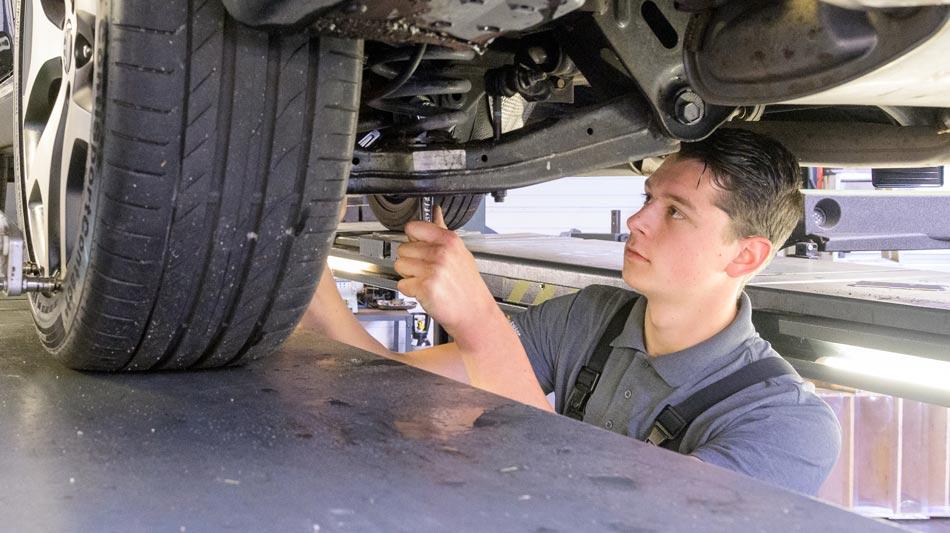 autotechnicus-aan-het-werk-noord-scharwoude_950x533